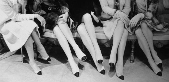 mujeres sentadas con escarpines